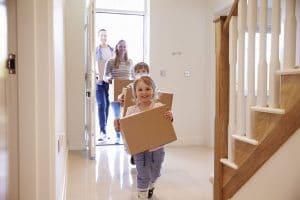 Eine Familie zieht in ihr neues Zuhause